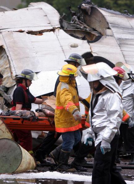 Разбился самолет в Венесуэле, 23 человека выжили, подтверждена гибель 13 человек, судьба 15-и неизвестна. Самолет ATR-42 авиакомпании Conviasa. Фото: Orlando GOMEZ/AFP/Getty Images