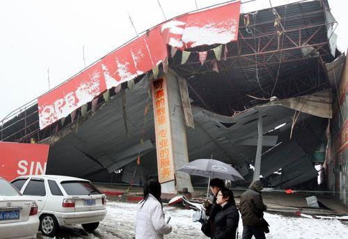 Фото: в г.Ухань провинции Хубэй не выдержав веса толстого слоя снега, обвалился железный навес заправочной станции. Фото: с сайта epochtimes.com