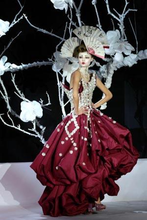 Моделі представлені англійським дизайнером Джоном Гальяно ( John Galliano), Дому Christian Dior Фото: FRANCOIS GUILLOT/AFP/Getty Images