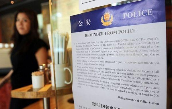 13 июля. Пекин. В пекинских ресторанах и закусочных вывешены предупреждения на английском языке для иностранных гостей о том, чтобы они обязательно зарегистрировались. Фото: MARK RALSTON/AFP/Getty Images