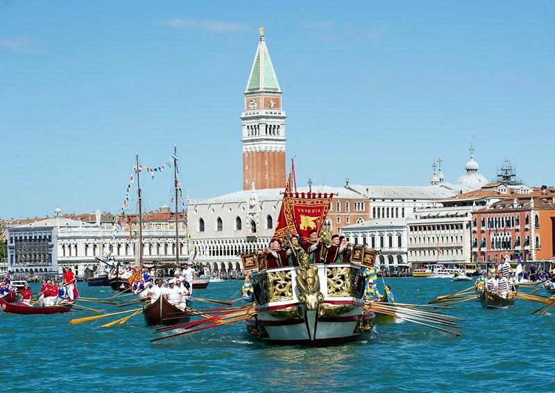 Венеция, Италия, 12 мая. Лодка «Серениссима» (Светлейшая) плывёт мимо Дворца дожей на празднике «Ла-Сенса». Во время этого праздника проводится костюмированный ритуал «обручения Венеции с Морем». Фото: Marco Secchi/Getty Images