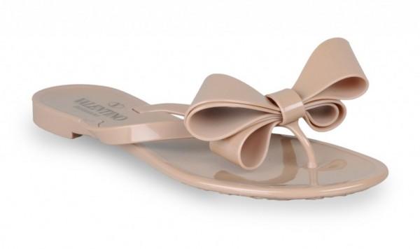 Гумові шльопанці від Valentino. Фото: shoes.stylosophy.it