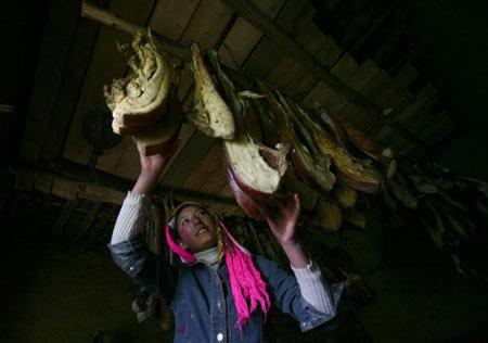 Тибетская женщина вывесила сало. Фото: China photos/ Getty image