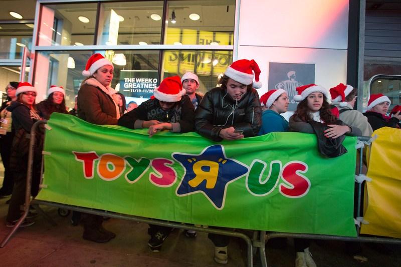 Нью-Йорк, США, 22листопада. Черга в магазин іграшок — країну очікує чергова «чорна п'ятниця» або день розпродажів. Фото: Andrew Kelly/Getty Images