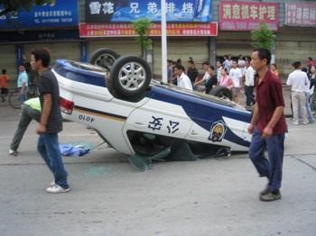 Разбитая полицейская машина. Многотысячный народный бунт произошёл с 19 на 20 июня в городе Шишоу провинции Хубэй. Фото с ntdtv.com