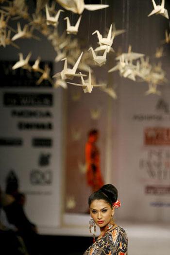 Продукция от Ashima and Leena на Неделе моды Wills India Fashion Week, проходившей в индийском Нью-Дели. Фото: MANPREET ROMANA/AFP