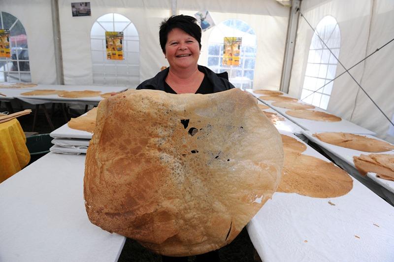 Гурен, Франція, 28 липня. Фаб'єн Кальве демонструє спечений нею млинець діаметром 84 см, що став переможцем змагання «Чий млинець більший» на фестивалі «День млинця». Фото: FRED TANNEAU/AFP/Getty Images