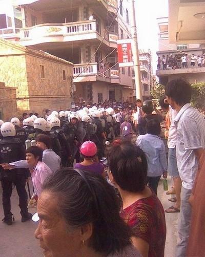 Полицейские прибыли для подавления бунта крестьян. 31 августа 2009 год. Посёлок Фэнвэй провинции Фуцзянь. Фото: epochtimes.com