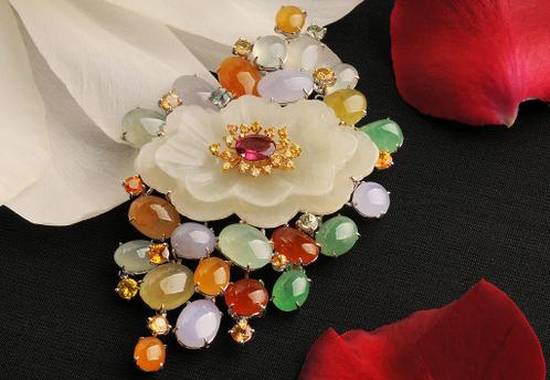 Ювелирное украшение «Богатство весны» изготовлено из драгоценных камней: нефрита, изумруда, корунда и кристаллов бледно-жёлтого цвета. Фото: Ван Пэйнань