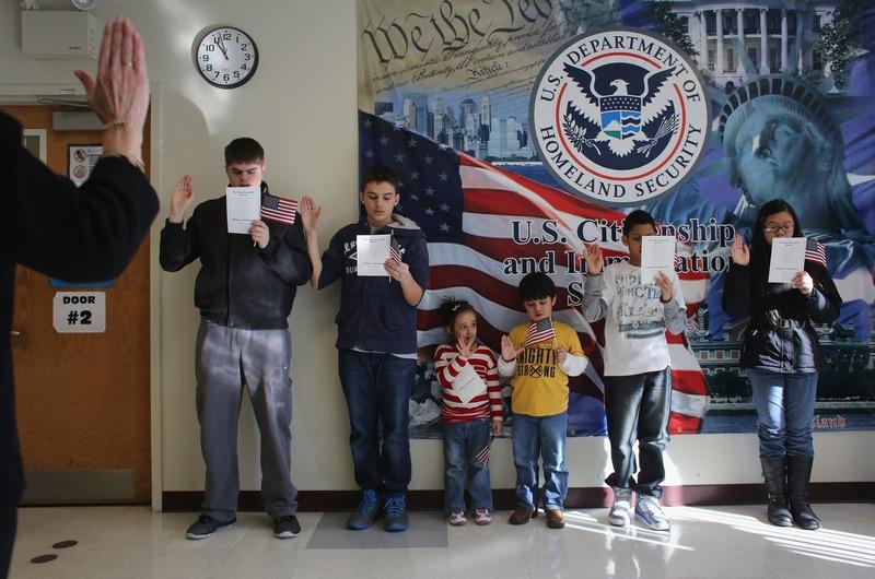 Нью-Йорк, США, 28 січня. Діти іммігрантів беруть участь у церемонії отримання громадянства. У 2012 році близько 118 тис. осіб з числа жителів міста стали американцями. Фото: John Moore/Getty Images