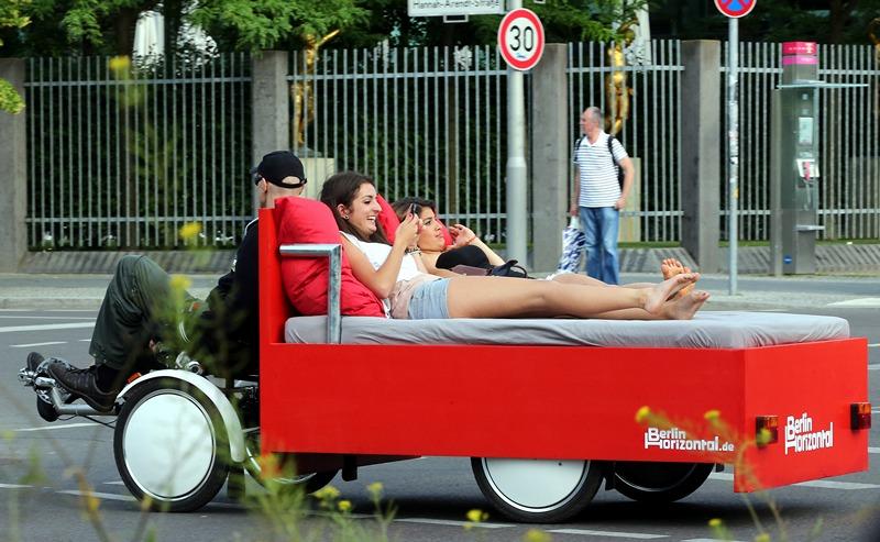 Берлин, Германия, 3 июля. Туристическая компания «Berlin Horizontal» предлагает гостям города прокатиться по улицам на вело-кровати. Фото: WOLFGANG KUMM/AFP/Getty Images