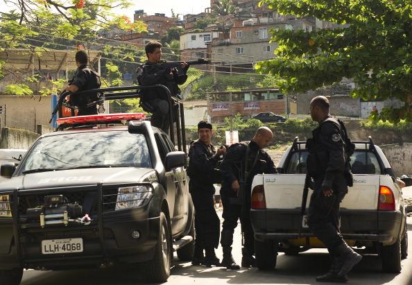 Полиция разгоняет наркоторговцев в Рио-де-Жанейро.Фото:ANTONIO SCORZA/Getty Images