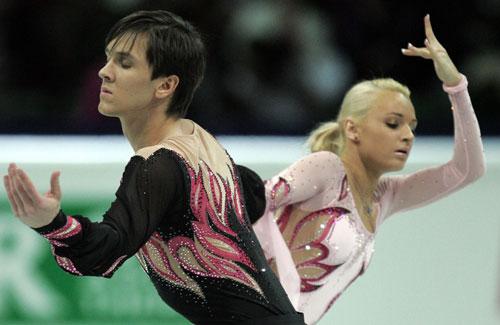 Марія Мухортова/Максим Траньков (Росія) виконують коротку програму. Фото: YURI KADOBNOV/AFP/Getty Images Виправ, будь ласка.