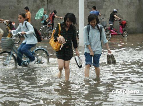 Злива практично затопила місто Бейхай. Фото: Цзян Сюєлін/China News