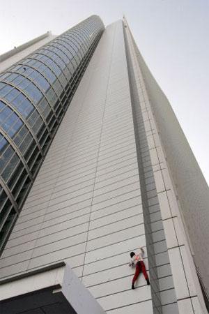 Это знаменитый французский мастер билдеринга Ален Робер по прозвищу «Человек-паук». 23 февраля он успешно взобрался на крышу высотного здания Инвестиционного агентства в столице ОАЭ Абу-Даби. Фото: STR/AFP