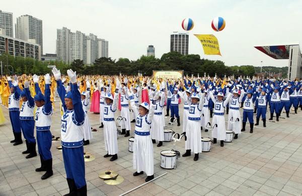 Коллективное выполнение упражнений Фалуньгун. Сеул (Южная Корея). 10 апреля 2009 год. Фото с minghui.org