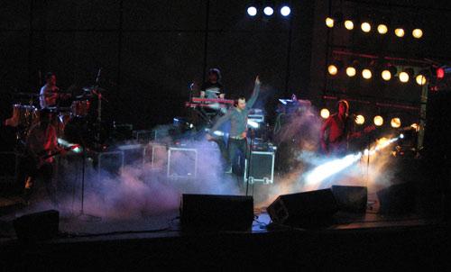Концерт начался с песни Вставай! Мила моя Вставай. Фото: Юлия Ламаалем/Великая Эпоха