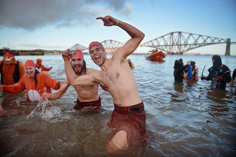 Квинсферри, Шотландия, 1 января. Свыше тысячи пловцов приняли участие в ежегодном заплыве возле моста Форт-Рейл. Фото: Jeff J Mitchell/Getty Images