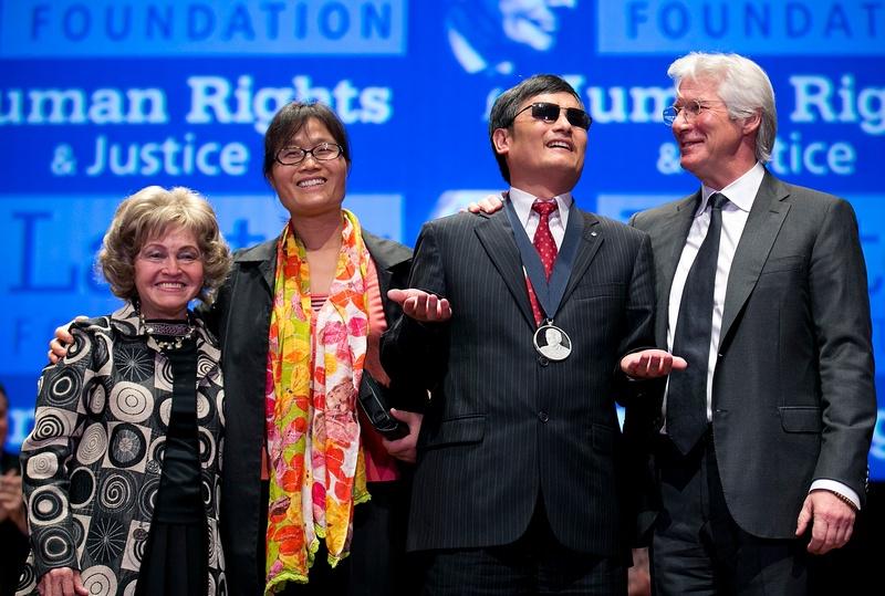 Вашингтон, США, 29 января. Слепой китайский правозащитник Чэнь Гуанчэн стал лауреатом премии в области прав человека имени Тома Лантоса. Фото: Win McNamee/Getty Images