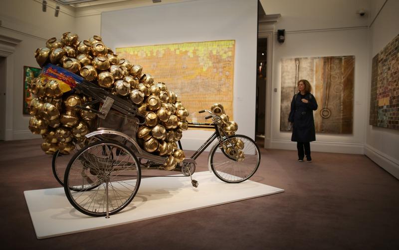 Лондон, Англия, 8 октября. Работа индийского художника Субодха Гупты «Дешёвый рис» выставлена на торги аукциона «Сотбис». Оценочная стоимость работы — 200-300 тыс. фунтов стерлингов. Фото: Peter Macdiarmid/Getty Images