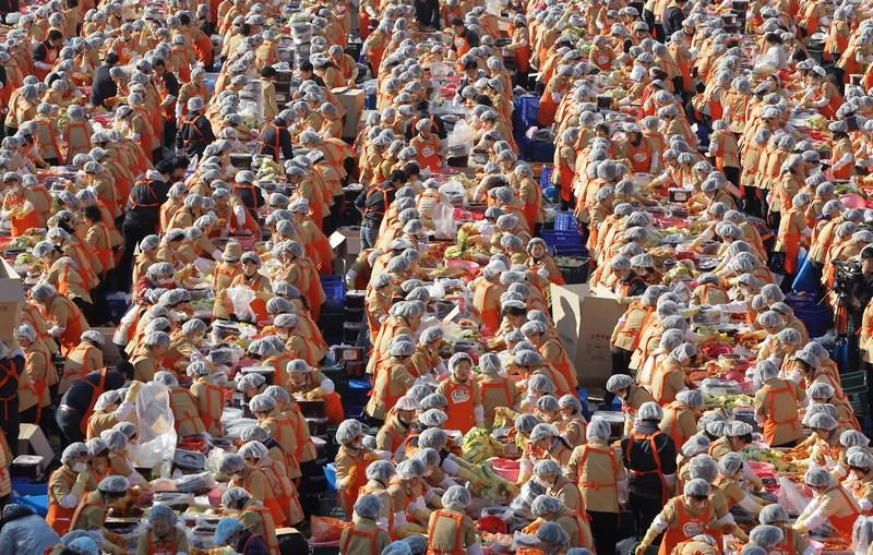 Сеул, Южная Корея, 15 ноября. Свыше 2 тысяч домохозяек готовят кимчи (квашеная капуста по-корейски) в помощь бедным. Фото: Chung Sung-Jun/Getty Images
