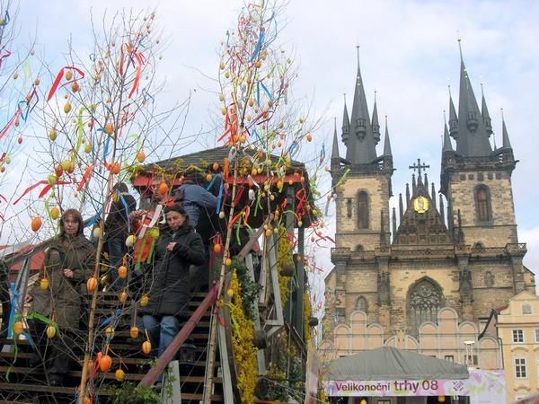 Исторический центр чешской столицы украшен к празднику Пасхи лентами и цветами. Фото: Алла Лавриненко/The Epoch Times Украина