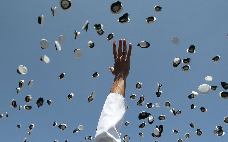 Аннаполис, США, 29 мая. Курсанты Морской академии отмечают выпускной день. Фото: Mark Wilson/Getty Images