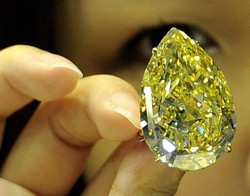 Желтый бриллиант «Капля Солнца» (The Sun-Drop Diamond). Фото: LAURENT FIEVET/AFP/Getty Images