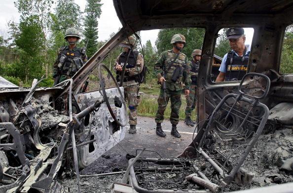 Саперы и солдаты осматривают место взрыва бомбы,заложенной в машину повстанцами мусульманами,действующих на юге Таиланда. Фото: MADAREE TOHLALA/AFP/Getty Images