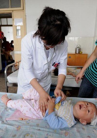 Пострадавший от сухого молока фирмы «Саньлу» ребёнок. Фото:STR/AFP/Getty Images