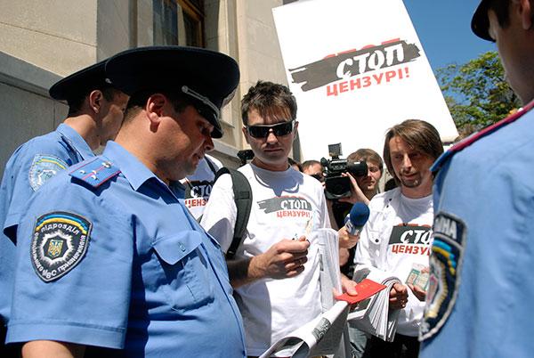 Милиция возле Администрации президента пыталась не допустить участников марша на улицу Банковая. Участники акции предъявили журналистские удостоверения и милиция была вынуждена их пропустить. Фото: Владимир Бородин/The Epoch Times