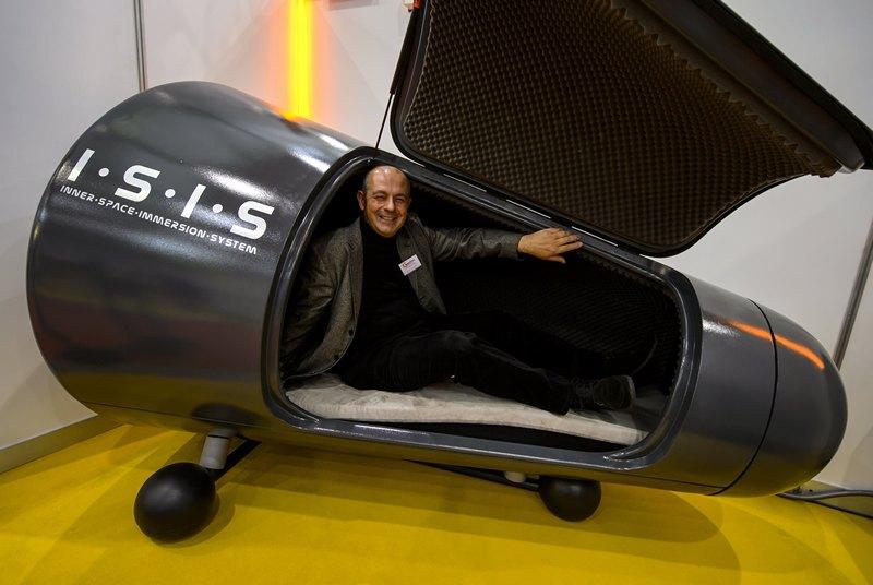 Женева, Швейцария, 10 апреля. Швейцарец Хуго Содер демонстрирует на 41-й выставке изобретений капсулу сенсорного погружения для гипнотерапии. Фото: FABRICE COFFRINI/AFP/Getty Images