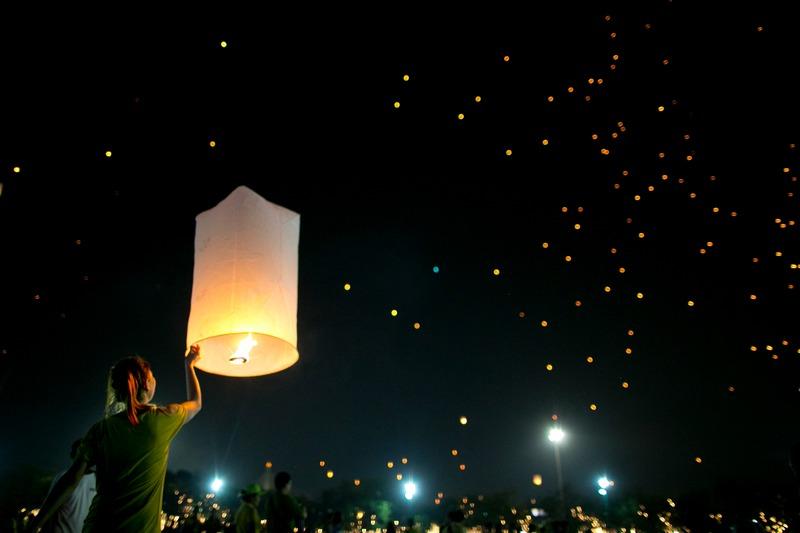 Бангкок, Тайланд, 5 декабря. Тысячи фонариков поднялись в небо во время празднования 85-летия короля страны Пхумипона Адульядета. Фото: Paula Bronstein/Getty Images