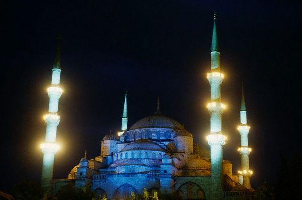 Официально Голубая мечеть называется мечетью Султана Ахмеда. А своим общеизвестным названием она обязана плиткам, по преимуществу голубым, которые в количестве более 200 000 украшают ее внутри. Фото: adriyatik.com