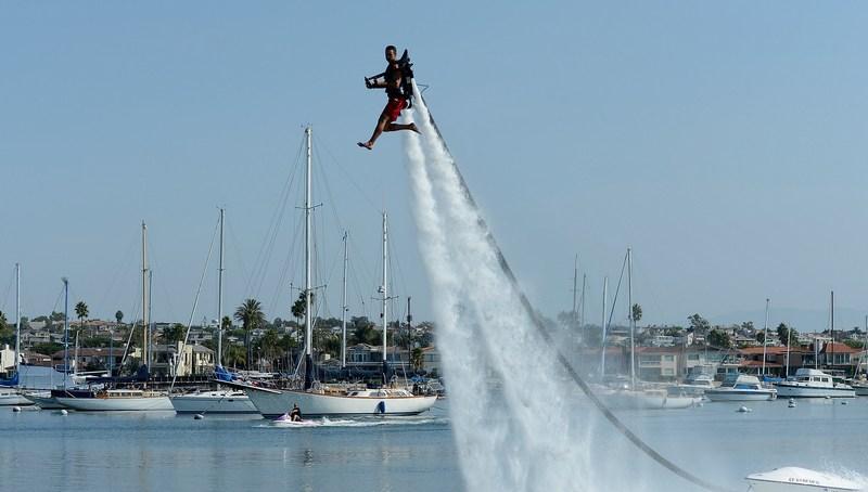 Ньюпорт-Біч, Каліфорнія, США, 25 вересня. Ден О'Маллі управляє реактивним водним ранцем JetLev, маючи намір «пролетіти» 26 миль над океаном і встановити новий світовий рекорд. Фото: Kevork Djansezian/Getty Images