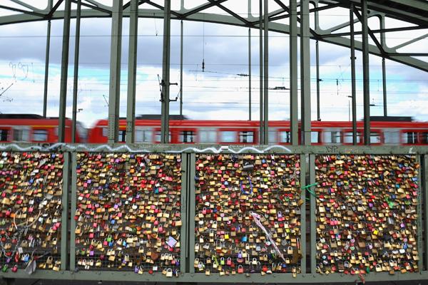 Замочки як символи кохання на мості в Кельні.Фото: Dennis Grombkowski/Getty Images