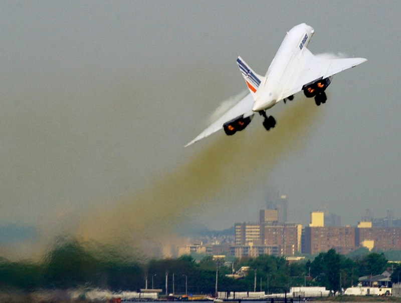 Нью-Йорк, США, 31 травня. Фото 2003-го року. «Конкорд» компанії «Air France» вирушає в останній комерційний рейс «Нью-Йорк — Париж». У 2003-му році надзвукові літаки «Конкорд» припинили польоти. Фото: STAN HONDA/AFP/Getty Images