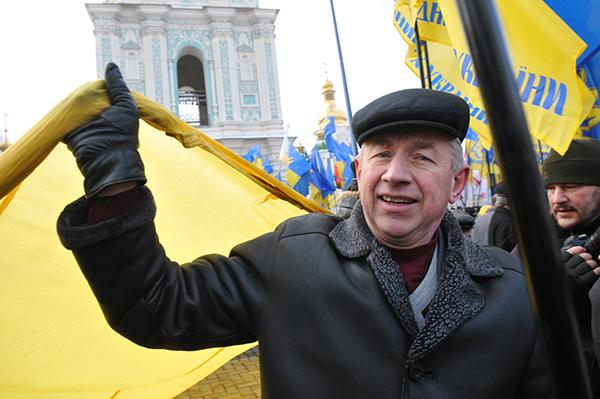 Мужчина держит большой флаг Украины во время митинга на Софийской площади в Киеве 22 января 2011 года в День соборности Украины. Фото: Владимир Бородин/The Epoch Times Украина