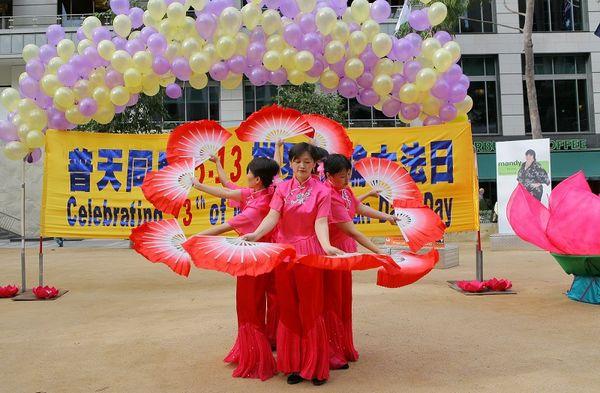 Послідовники Фалуньгун виконують танець з віялами. Фото: Чен Мін/ The Epoch Times