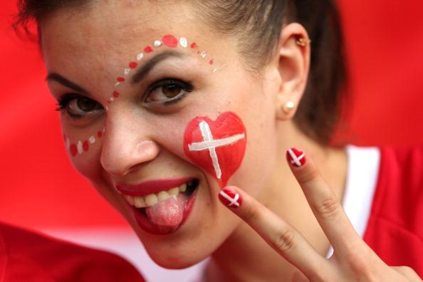 Датчанка перед матчем Нідерланди проти Данії 9 червня 2012 в Харкові, Україна. Фото: Ian Walton/Getty Images