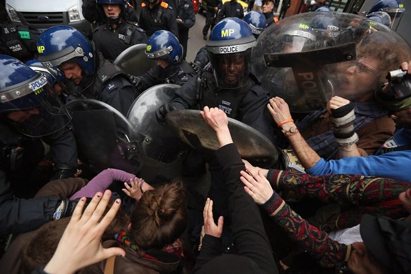 Лондон, Англия, 11 июня. Полиция усмиряет недовольных проведением двухдневного саммита G8 в Северной Ирландии. Фото: Oli Scarff/Getty Images