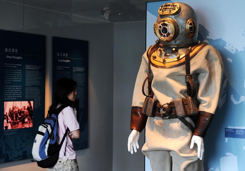 Гонконг, 28 квітня. Відвідувач Морського музею, який відкрився днями, оглядає старовинний водолазний костюм. Фото: LAURENT FIEVET/AFP/Getty Images