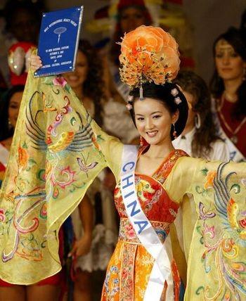 Китайская красавица, участвовавшая в конкурсе Мисс Мира. 8 октября 2003. Фото: AFP/Getty Images