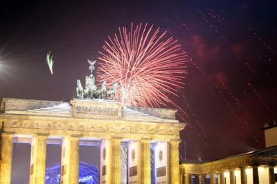 Бранденбурзькі ворота у Берліні освітлено спалахами феєрверку під час святкування Нового Року. Фото: Getty Images