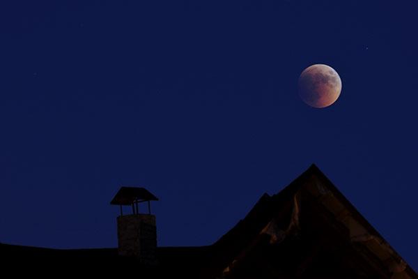 Повне місячне затемнення відбулося 15 червня 2011 року. Фото: Володимир Бородін/The Epoch Times України