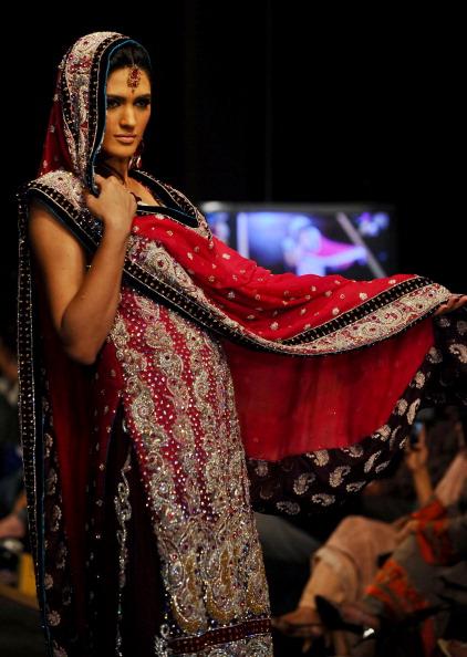 Презентація колекції від Shazia на Тижні моди 2010 в Лахоре. Фото Arif Ali/afp/getty Images