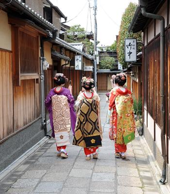 Туристы, одетые в кимоно во время прогулки в районе Гион Сиракава. Фото: Akihiro I/Getty Images