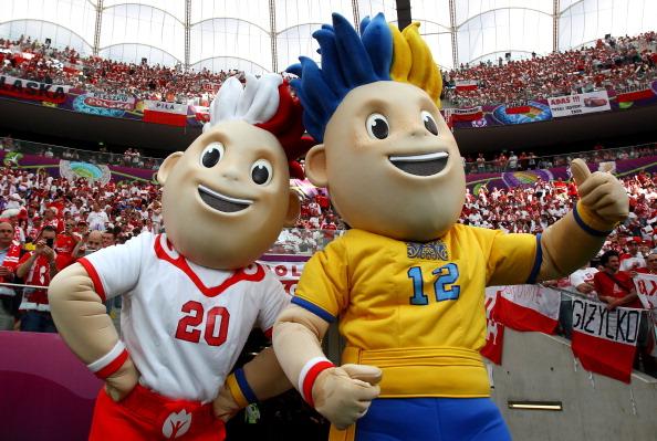 Славек і Славко перед матчем Польщі та Греції на Національному стадіоні 8 червня 2012 р. у Варшаві, Польща. Фото: Alex Grimm/Getty Images