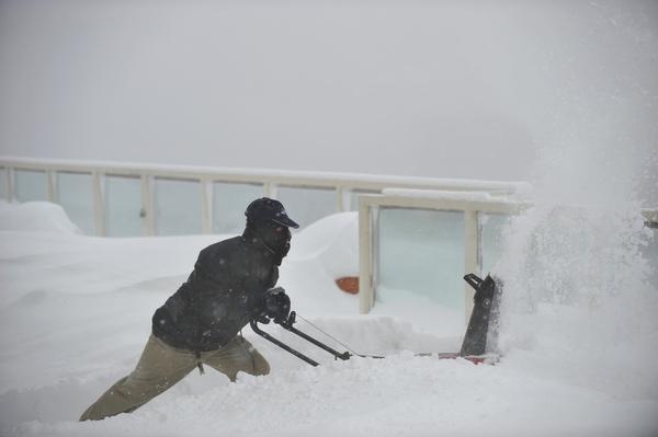 Интенсивные снежные бури во многих городах восточного побережья США парализовали движение. Фото: AFP/Getty Images
