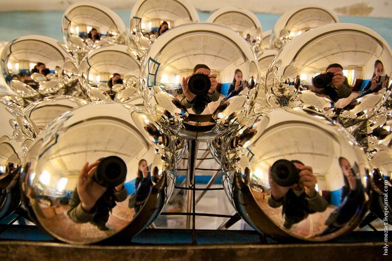 Шарики после серебрения сушатся на сетке. Фото: holy-mozart.livejournal.com